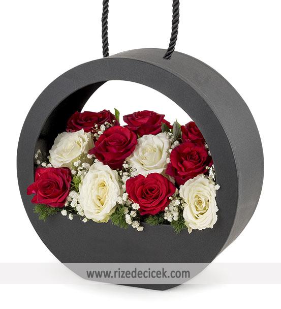 Kutuda Kırmızı ve Beyaz Güller