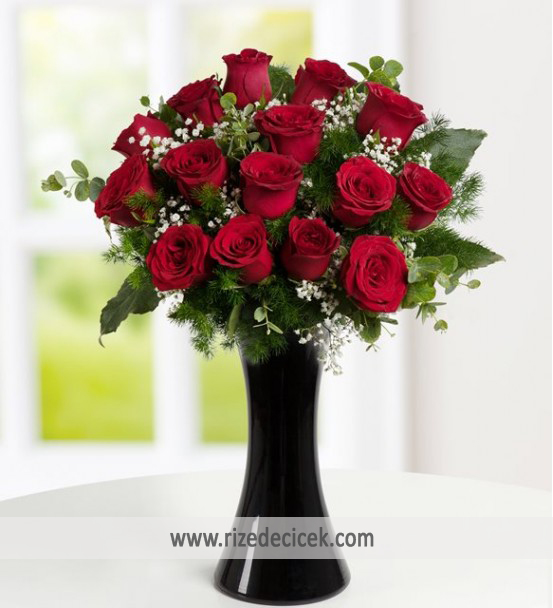 Siyah Vazoda Kırmızı Güller